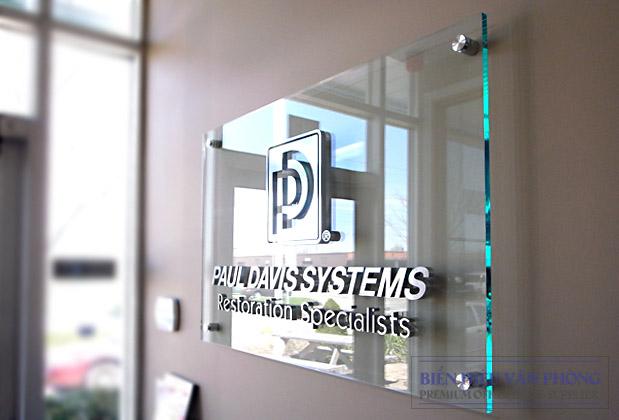 Bảng Logo công ty nền mica trong với logo 3D nổi bằng Inox
