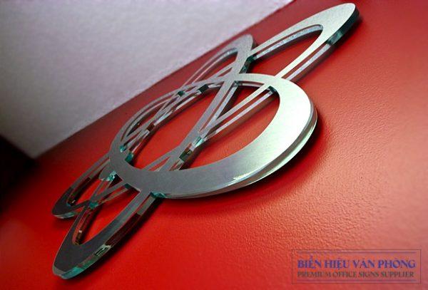 Logo chữ nổi Mica mặt Inox