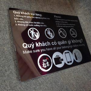 Biển Không bỏ rác vào bồn cầu. Bảng chú ý giữ vệ sinh trong toilet