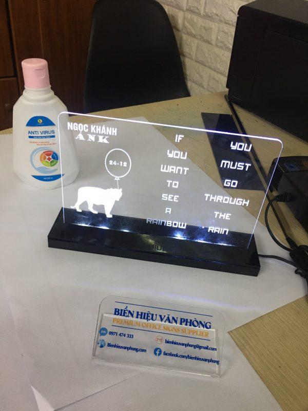 Biển để bàn mica trong suốt đèn LED, lịch để bàn có led