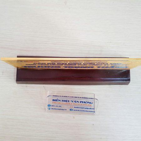 Biển chức danh để bàn đế gỗ, mặt đồng ăn mòn mạ vàng 24k cao cấp